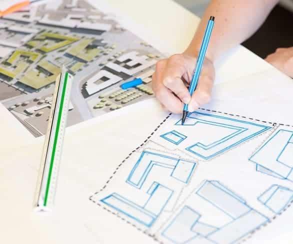 Mitarbeiter von ISR Haan beim erstellen einer Bauplanskizze
