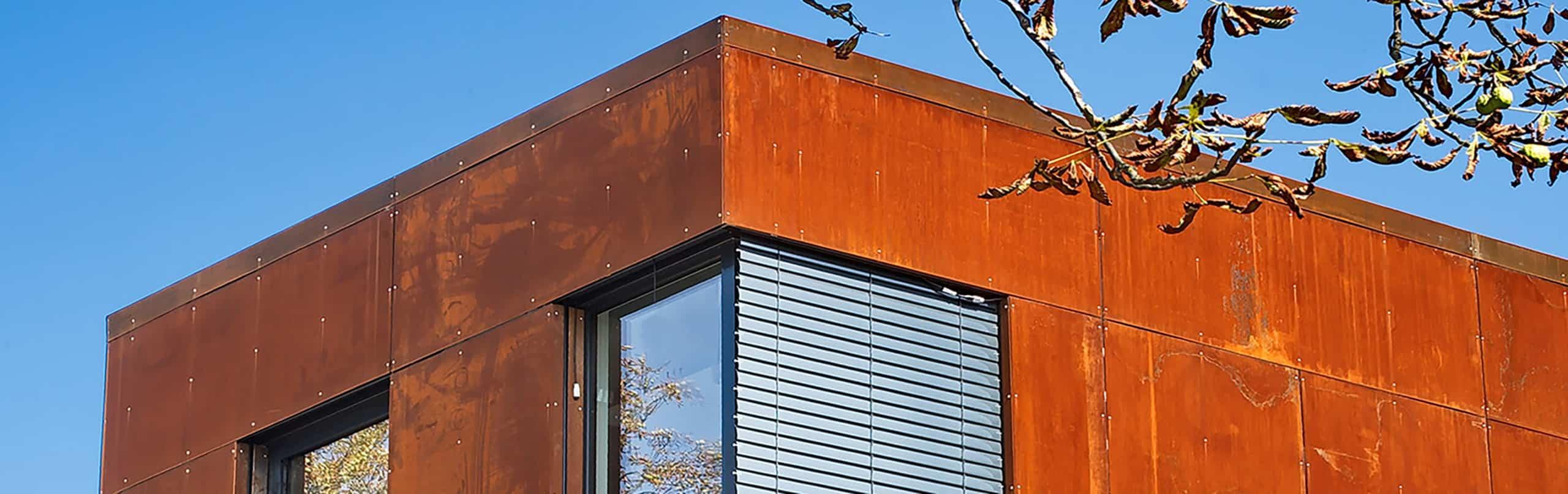 Nahaufnahme eines Gebäudes von ISR Haan mit roter Fassade